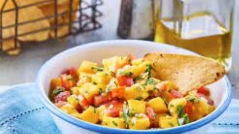 Dale el toque final a tus comidas con este pico de gallo con el dulce sabor del mango
