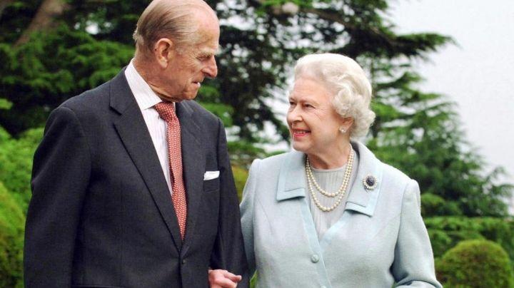 Pueblo británico llora la muerte del Príncipe Felipe; así lucen las ofrendas en hogar de la Reina Isabel