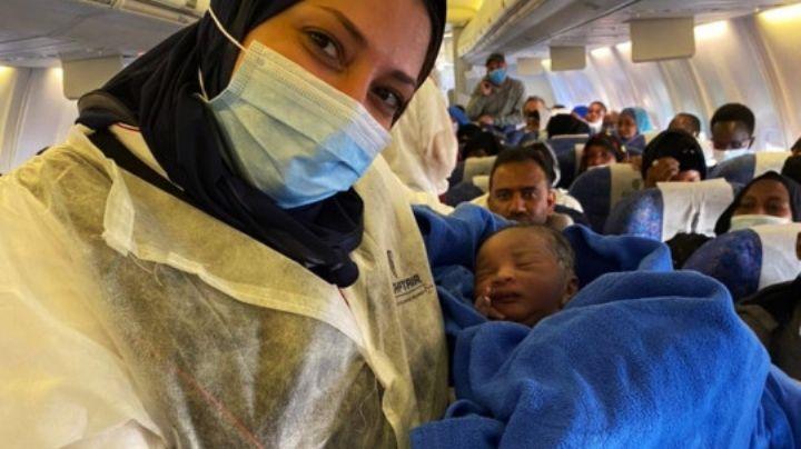 ¡De no creerse! Avión aterriza de emergencia por una madre que dio a luz en pleno vuelo