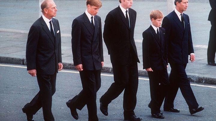 La emotiva promesa que el príncipe Felipe hizo a Harry y William en el funeral de Diana
