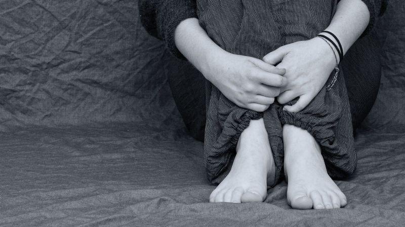 ¡Sin piedad! Tres sujetos violan a una adolescente en un parque a planea luz del día