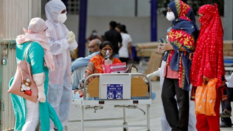 Horror en la India: Madre de dos hijos muere asfixiada por Covid-19 a fuera de un hospital