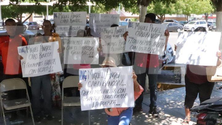 Con pancartas en mano, habitantes de la colonia Beltrones se manifiestan al exterior de Oomapas
