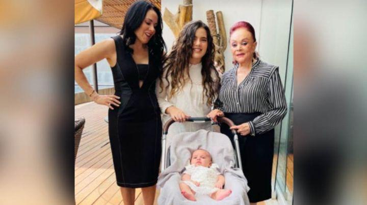 Camila Fernández celebra su primer Día de las Madres rodeada de cuatro generaciones