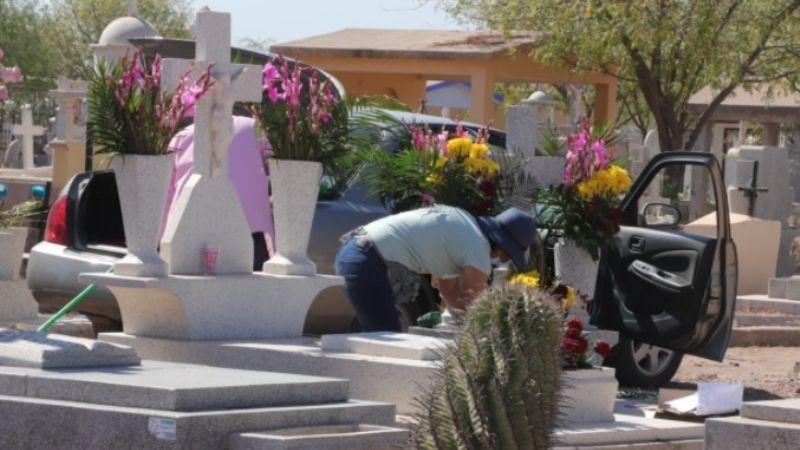 Día de las Madres: Ciudadanos visitan panteones de Ciudad Obregón