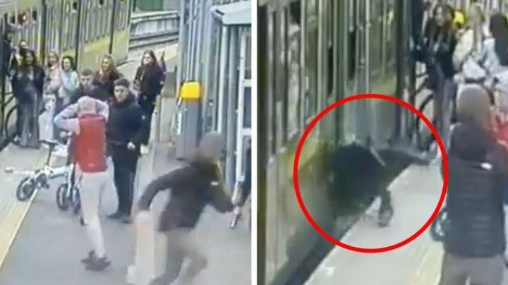 ¡De terror!  Sujetos acosan mujeres en las estación de un tren y provocan que una caiga a las vías
