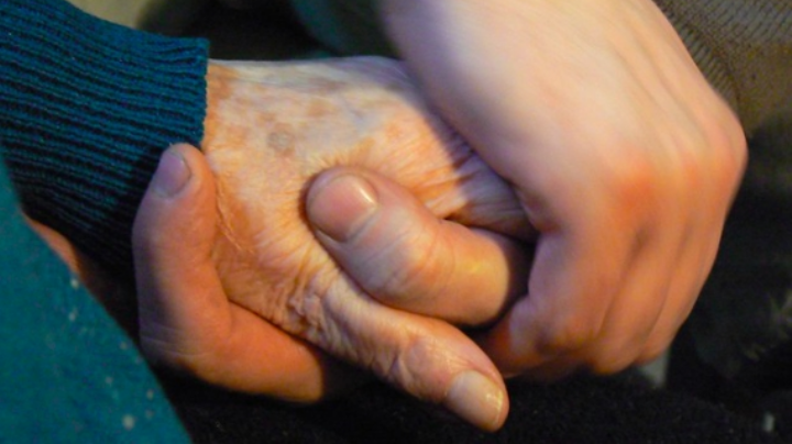 ¡Ternura! 'Abuelita' recibe atención especial por parte de su nieto; acto conmueve las redes