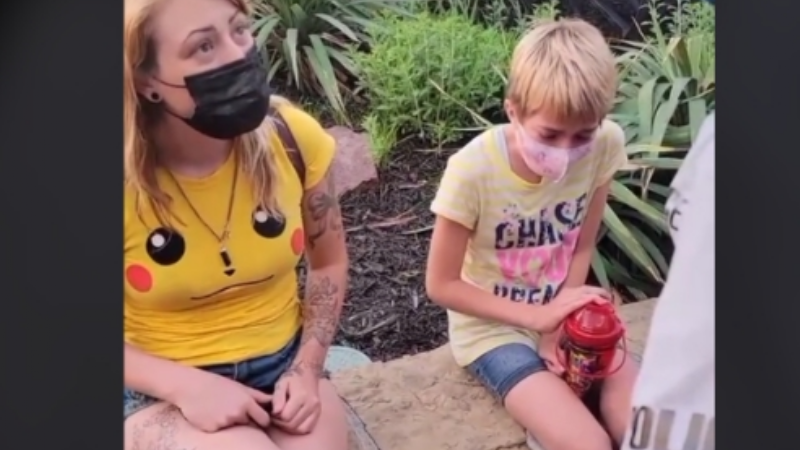 """VIDEO: Vetan 5 años a mujer de Six Flags por usar shorts """"muy cortos""""; la policía la acosó"""