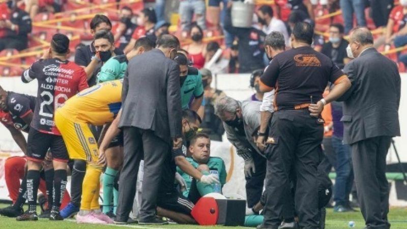 Árbitro asistente sufre importante lesión durante partido entre Atlas y Tigres; esto le pasó