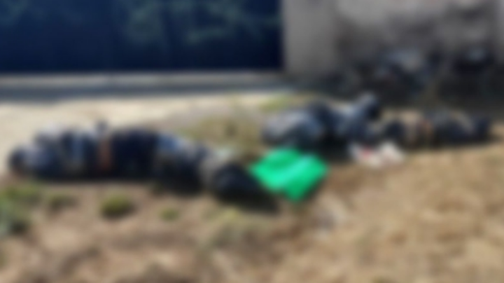 Abandonan 3 cadáveres frente a panteón; los dejaron junto a narcomensaje