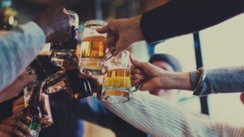 Por romper el distanciamiento social, el alcohol aumentaría los contagios de Covid-19