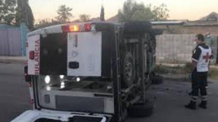 Guaymas: Aparatosa volcadura deja al conductor de una ambulancia lesionado