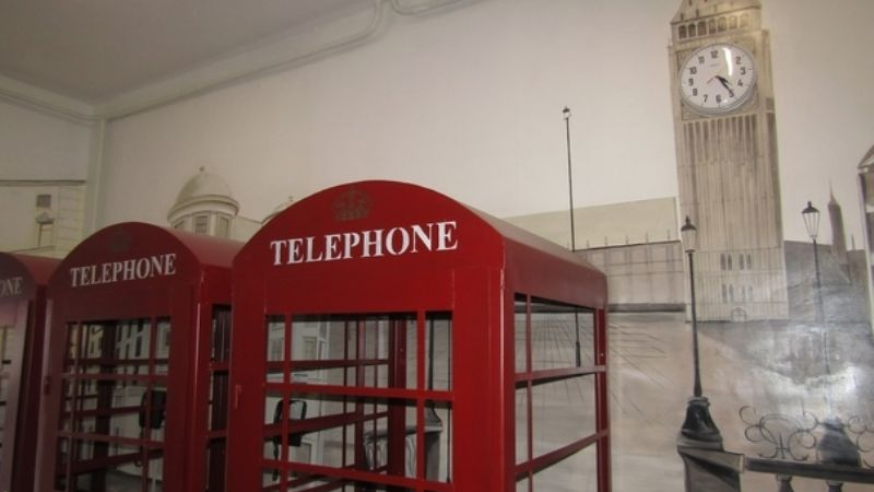 FOTOS: Cárcel instala cabinas telefónicas y hasta un 'Big Ben' para que reos se sientan de viaje