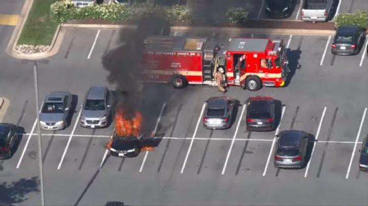 Automovilista causa un incendio por ponerse sanitizante en las manos mientras fumaba