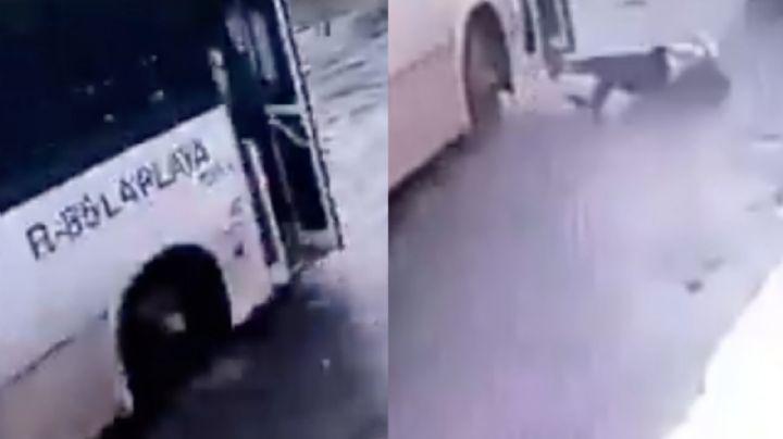 ¡Impactante VIDEO! Pasajero cae de un autobús en movimiento; chofer no se detuvo