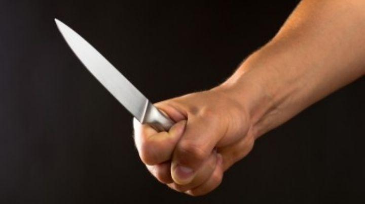 ¡Llevaba dos cuchillos! Arrestan a un hombre que se acercaba a su esposa por la espalda