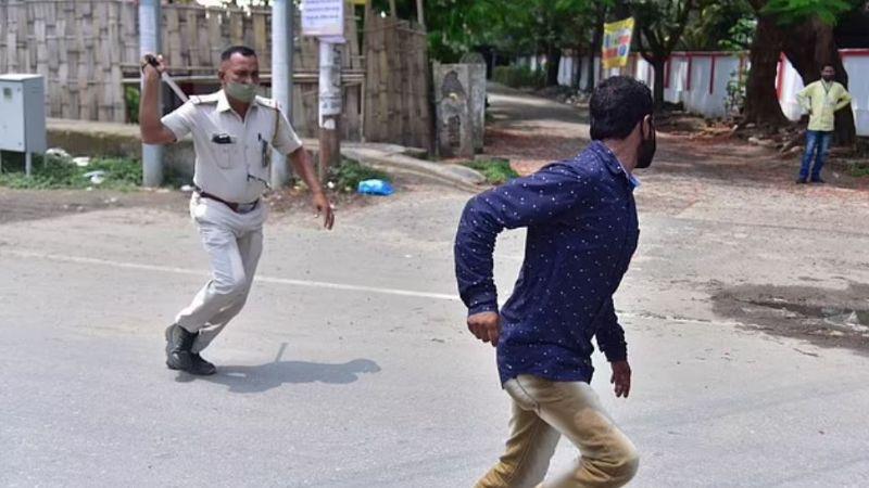 FOTOS: ¡Desesperación total! La policía violenta a transeúntes por romper el confinamiento