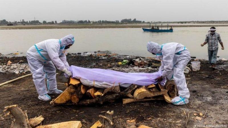 Autoridades en India investigan si cuerpos tirados al Ganges eran pacientes muertos por Covid-19