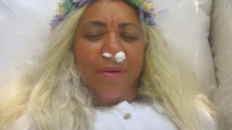 VIDEO: Organiza un funeral para que sus amigos le lloraran; ella no estaba muerta