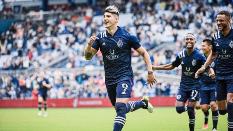 Alan Pulido se consagra con un doblete en victoria de 3-0 del Sporting KC