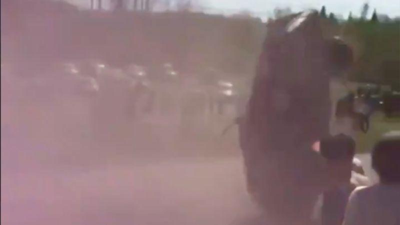 (VIDEO) ¡Por poco! Auto casi se impacta contra los espectadores de un rally de carreras