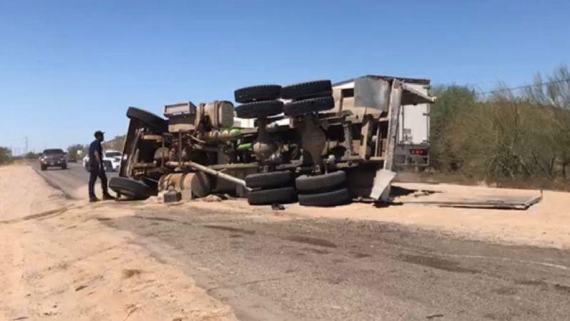 Caos en la carretera Hermosillo Kino por volcadura de tráiler; chofer huyó del lugar