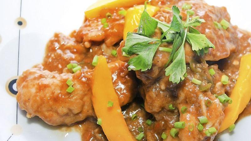 ¡imperdible delicia! Disfruta de un exquisito pollo con salsa de mango y habanero