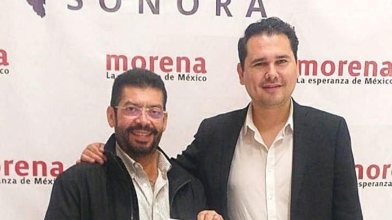 FOTO: Perro orina a candidato de Morena a alcaldía de Navojoa durante mítin y se vuelve viral