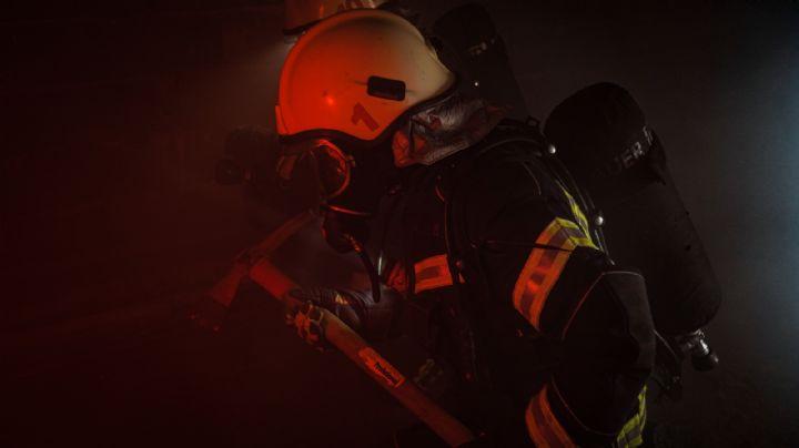 ¡De no creerse! Durante la madrugada, vehículo arde en llamas dentro de una casa en Cajeme