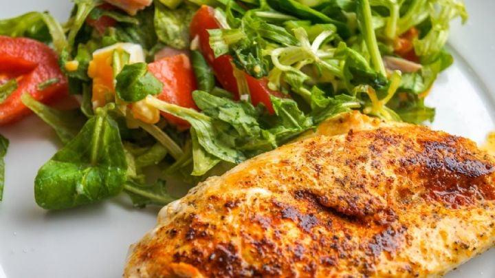 ¿No sabes qué cenar? Esta ensalada de pollo hecha en microondas te fascinará