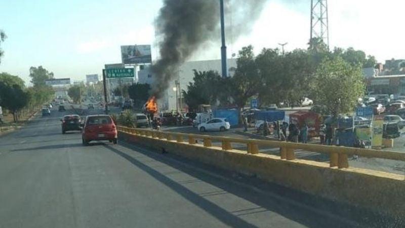 (VIDEO) Terrible accidente: Camioneta que trasladaba valores arde en llamas frente a banco