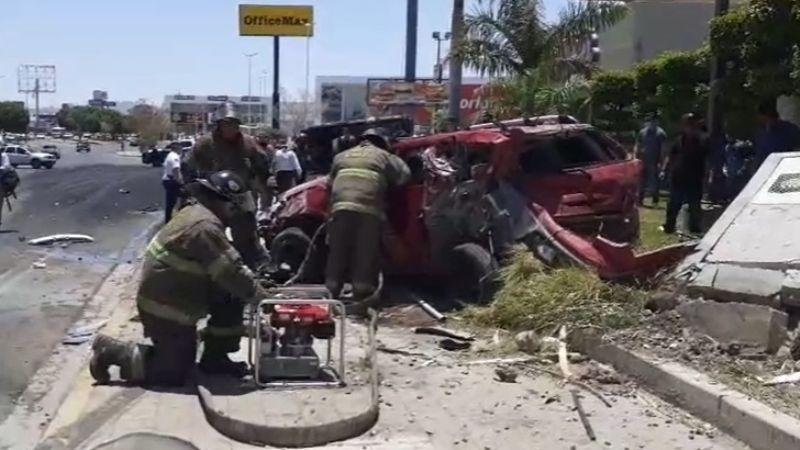 Mujer queda prensada tras ser embestida por dompe en Hermosillo; chofer y copiloto resultan lesionados