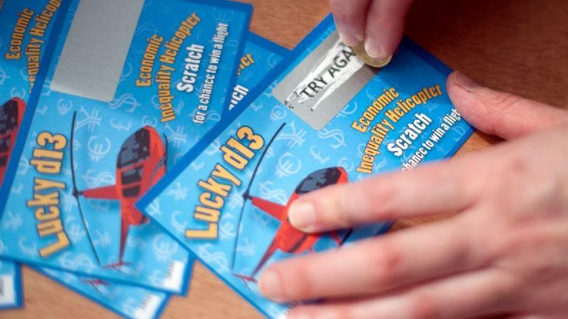 De millonario a preso: Albañil se gana la lotería dos veces y la policía lo investiga