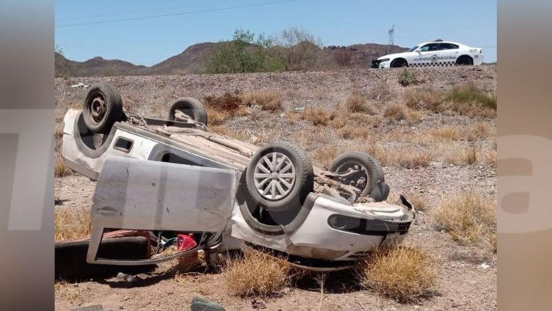 Tras estallido de neumático, conductor sufre aparatosa volcadura en Guaymas