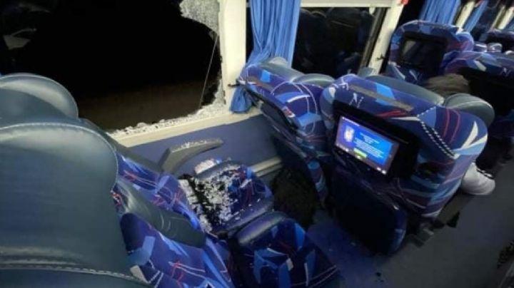 Hombre se lanza por ventana de autobús y muere atropellado en carretera de Sonora