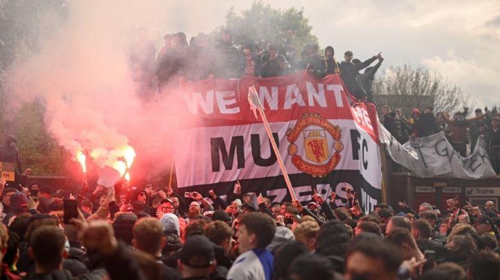 Aficionados del Manchester United ingresan al campo y exigen a dueños que vendan el equipo