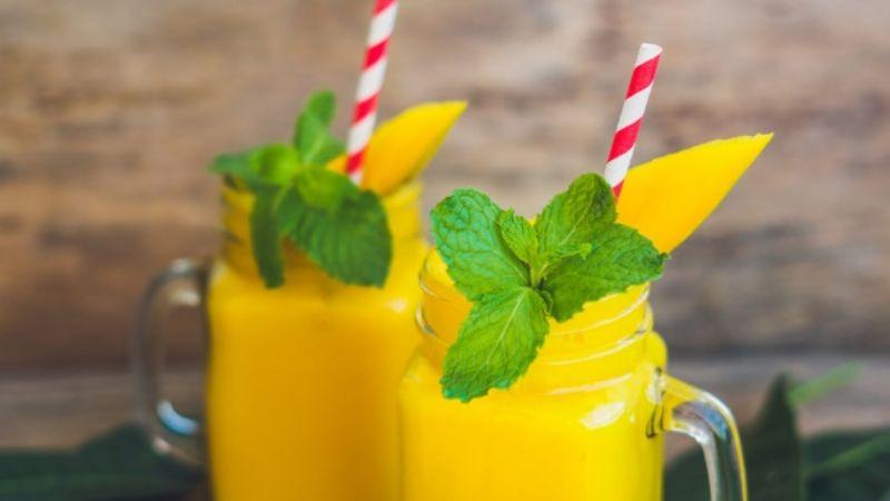 Deja el calor de la temporada atrás con este smoothie de mango con menta