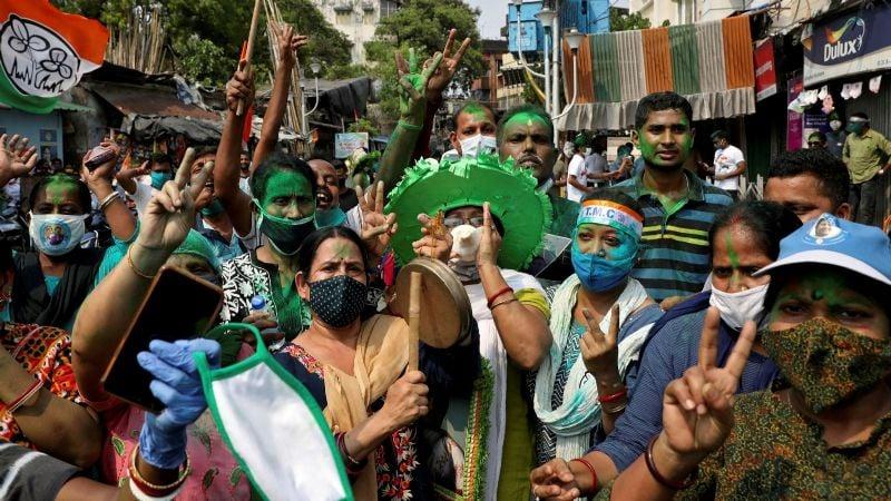 En plena pandemia, miles en la India salen a celebrar que ganaron las elecciones