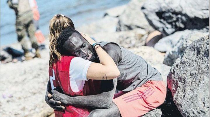 FOTO: Abrazo entre voluntaria de la Cruz Roja y migrante genera comentarios racistas