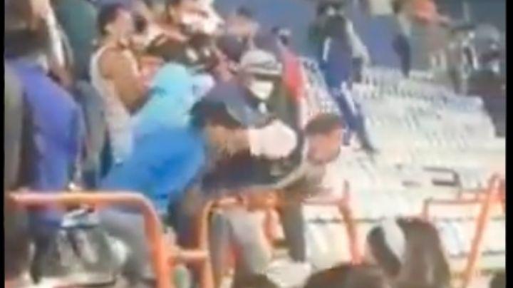 VIDEO: Pese a Covid-19, aficionado de Pachucha escupe a seguidores de Cruz Azul
