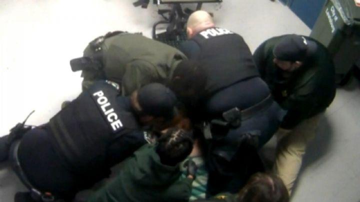 VIDEO: ¡Aterrador! Captan momento en el que oficiales asfixian hasta matar a un recluso