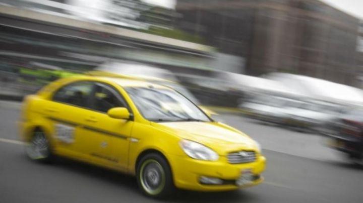 VIDEO: Mujer se lanza de taxi en movimiento para huir de presuntos violadores en Colombia
