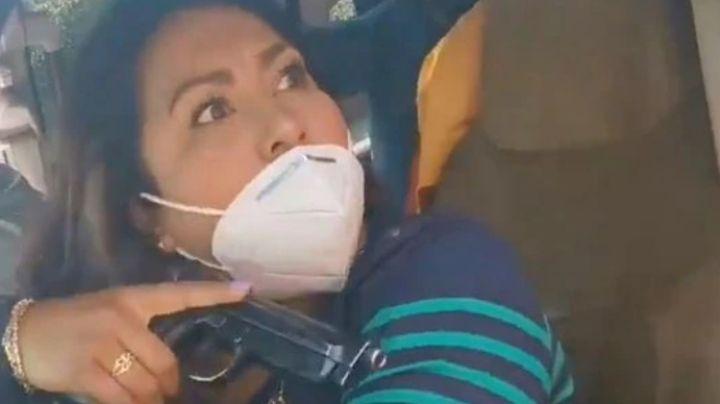 Policía enfurece y amenaza a una mujer con arma de fuego; la apodan 'Lady Pistola'