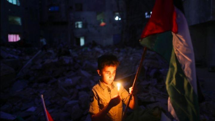 FOTO: ¡Conmovedor! Niños visitan lugar donde hay escombros en Gaza para poner velas