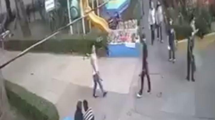FUERTE VIDEO: A sangre fría, 'Tyson' ataca a puñaladas a joven en la vía pública; lo deja grave