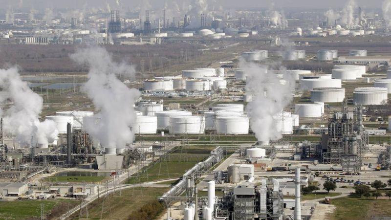 """AMLO anuncia la compra de una refinería de Houston por parte de Pemex: """"Seremos autosuficientes"""""""