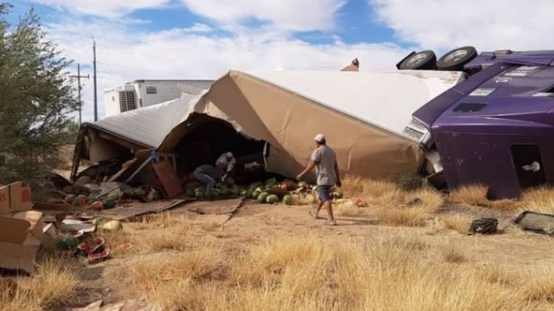 Hermosillo: Vuelca tráiler cargado de sandías sobre la carretera a Nogales
