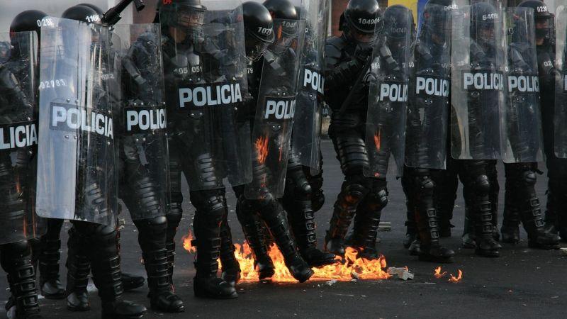 FUERTE VIDEO: Manifestantes lanzan bomba molotov a policía del Esmad en Colombia