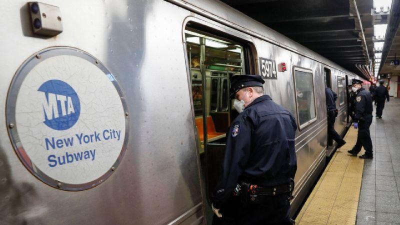 Continúan los ataques de odio: Hombre empuja a asiático a las vías del metro en New York
