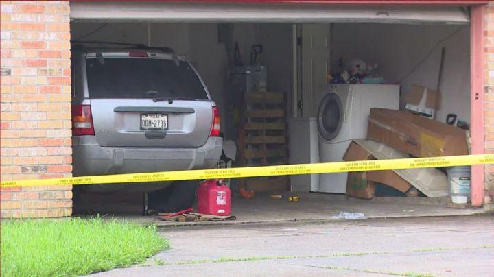 Policías acuden a reporte de allanamiento de morada y hallan un cadáver envuelto en lona